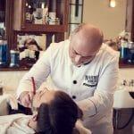 Barbier gibt klassische Nassrasur