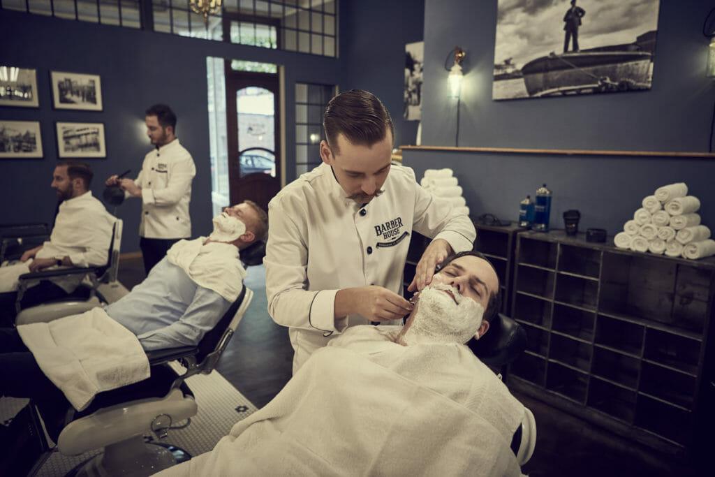 Barbershop Hamburg Kunde wird Rasiert